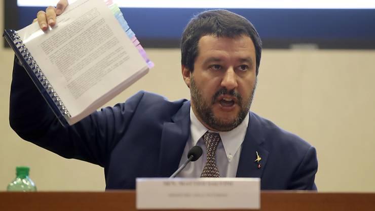 Innenminister Matteo Salvini präsentiert Journalisten sein umstrittenes Einwanderungsdekret.