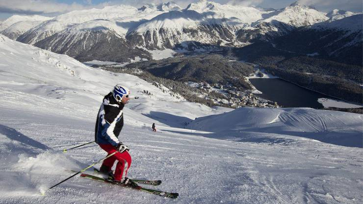Wintersportler geniessen Sonne und Schnee auf der Skipiste in St