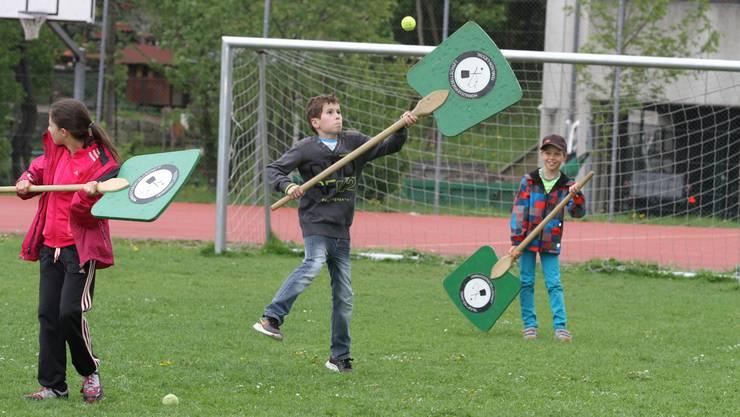 Die Kinder hatten beim Entdecken neuer Sportarten, hier Hornussen, sichtlich Spass.