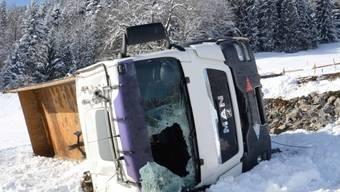Dieser mit Steinen beladene Lastwagen ist am Montag bei Alpnach einen Hang hinuntergestürzt. Der Chauffeur verlor dabei sein Leben.