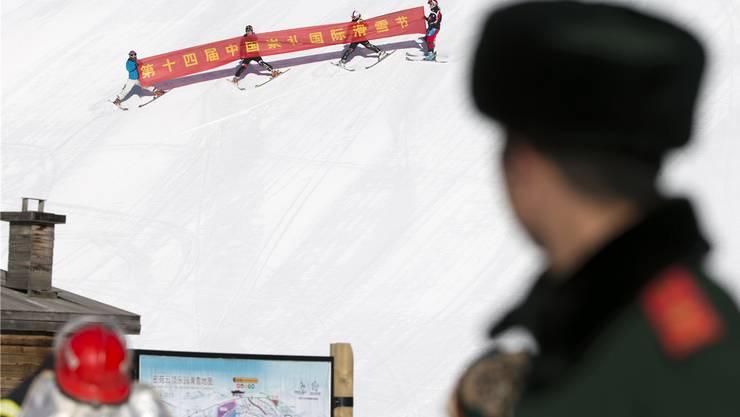 Chinesische Skifahrer werben für ein Festival in Zhangjikau, wo 2022 die Schneewettkämpfe ausgetragen werden sollen.