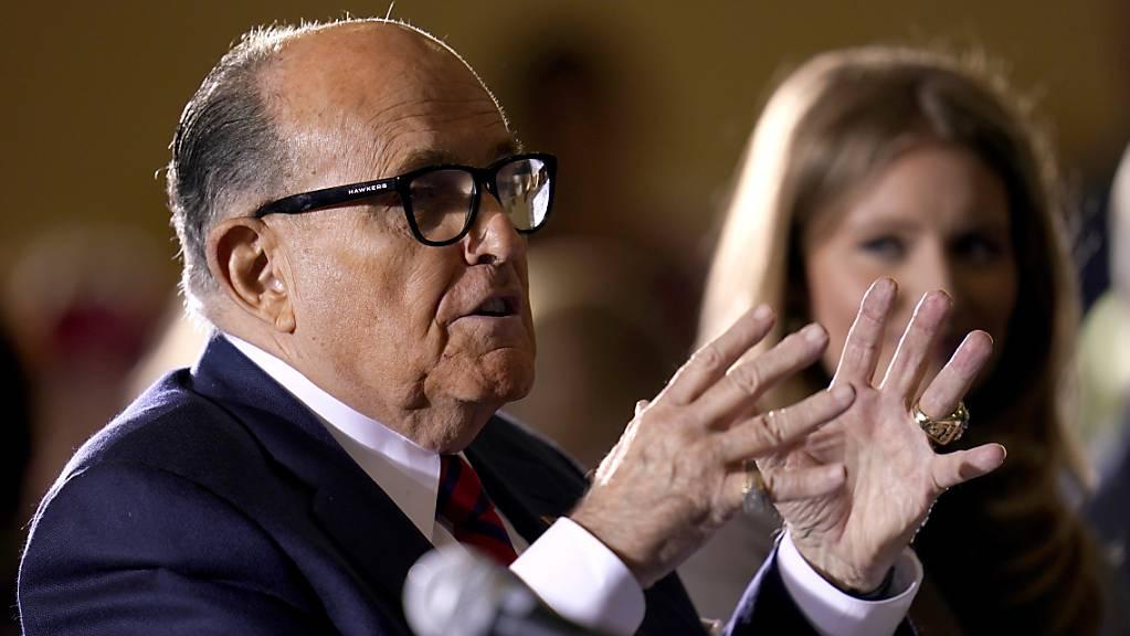 ARCHIV - Der ehemalige Bürgermeister von New York, Rudy Giuliani, ein Anwalt vom ehemaligen Präsident  Trump, spricht bei einer Anhörung des Ausschusses für Mehrheitsverhältnisse im Senat von Pennsylvania. Foto: Julio Cortez/AP/dpa Foto: Julio Cortez/AP/dpa