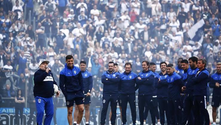 Diego Armando Maradona bei seiner Präsentation als Trainer des argentinischen Tabellenletzten Gimnasia y Esgrima. Bild: Keystone.