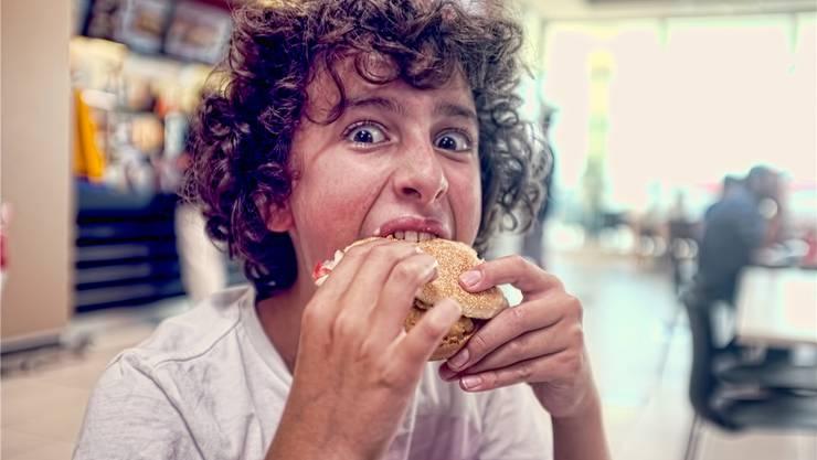 «Fastfood macht dumm» – dieses Argument gegen einen saftigen Burger können Eltern künftig mit einer Studie der ETH belegen. Thinkstock/Getty Images