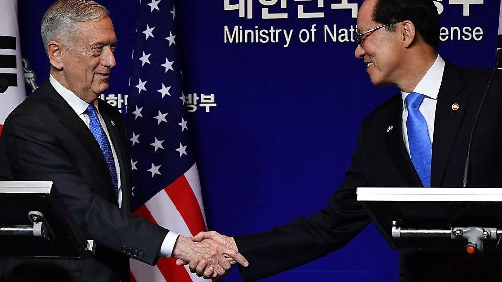 US-Verteidigungsminister James Mattis (l) mit seinem südkoreanischen Kollegen Song Young Moo
