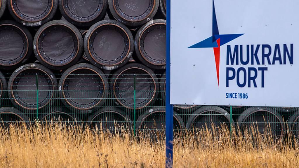 Rohre für die Erdgaspipeline Nord Stream 2 werden im Hafen Mukran auf der deutschen Insel Rügen gelagert. (Archivbild)