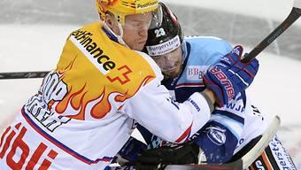 Der Laker Niklas Persson (links) gegen den Klotener Tommi Santala