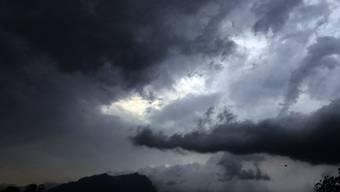 Eine Gewitterwolke verfinstert die Zentralschweiz (Archiv)