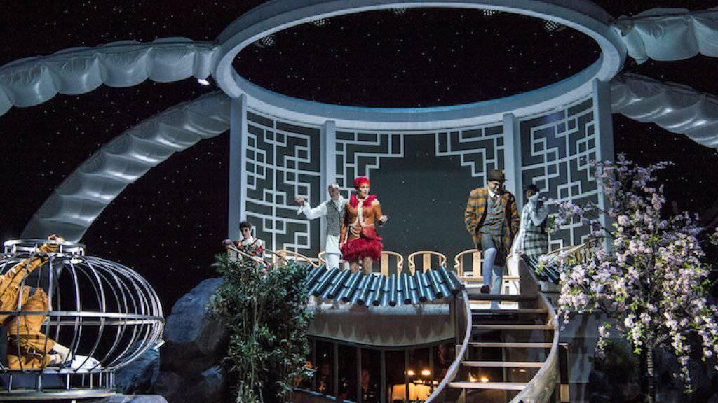 In Dani Levys Version der «Dreigroschenoper» am Theater Basel wird das Londoner Rotlichtviertel künstlich in einen im Weltall schwebenden japanischen Garten versetzt. (Pressebild)