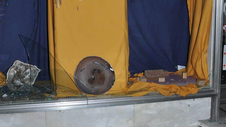 Unbekannte haben das Schaufenster eingeschlagen und einen Bergkristall im Wert von mehreren 10'000 Franken entwendet.