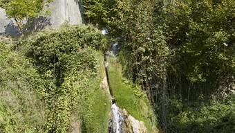 Schloss Biberstein: Als Landschaftsgarten gestaltetes Bachtobel des Dorfbachs mit kleinem Wasserfall.