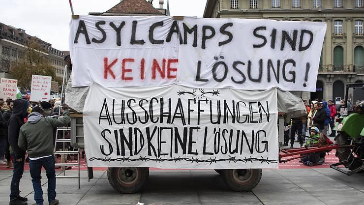 Von diesem Anhänger aus sprachen Flüchtlinge auf dem Berner Bundesplatz zu den Kundgebungsteilnehmern.