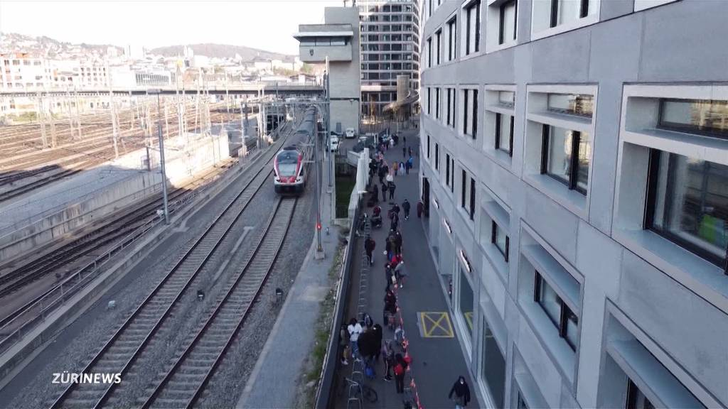 Not wird grösser: In Zürich stehen Corona-Verlierer mehrere Stunden für Essen an