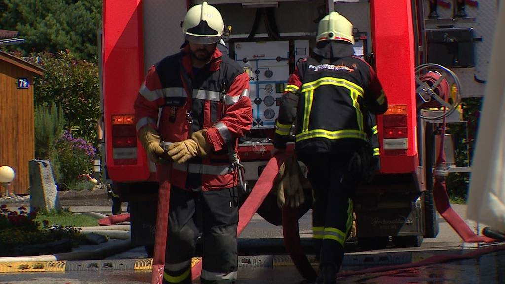 Eine Person bei Brand in Keller leicht verletzt