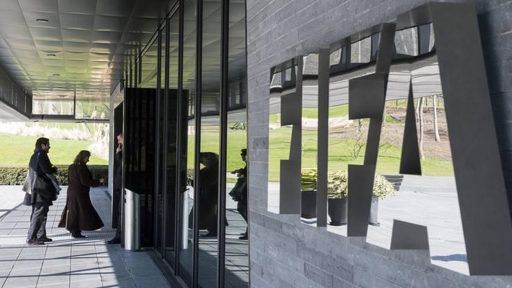 Die Initiative verlangt, dass Vereine mit einer Bilanzsumme von mehr als einer Milliarde Franken ihre Gewinne zum Steuersatz der Kapitalgesellschaften versteuern. Die FIFA mit Sitz in Zürich wäre davon betroffen.