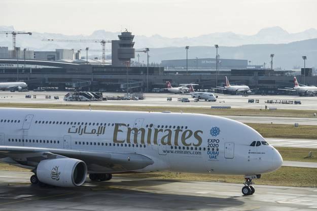 Eine A380-Maschine der Emirates am Flughafen Zürich.