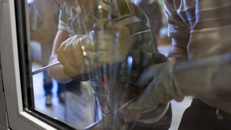 Die Einbrecher verschafften sich Zutritt zum Fotogeschäft in Wettingen. (Symbolbild)