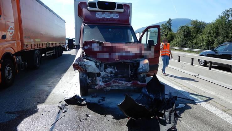 Dieser Lieferwagen wurde bei der Auffahrkollison auf der A1 bei Kestenholz beschädigt.