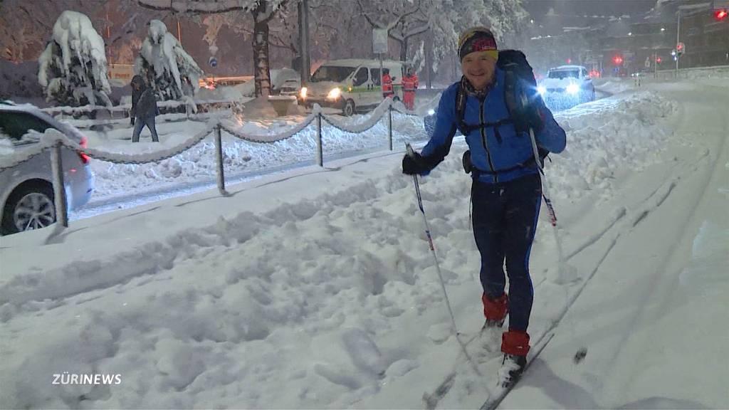 Stillstand in Zürich: Pendler stehen im Schnee