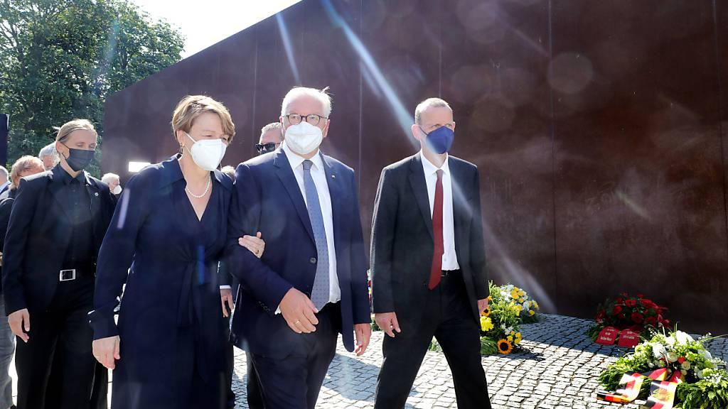 Bundespräsident Frank-Walter Steinmeier (M) und seine Frau Elke Büdenbender bei der zentralen Gedenkveranstaltung zum 60. Jahrestag des Baus der Berliner Mauer.