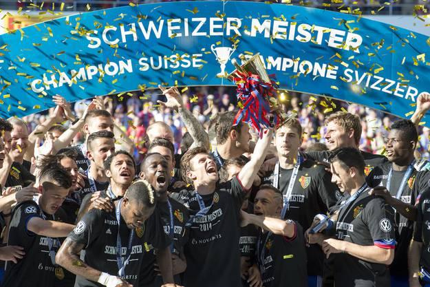 Die Mannschaft feiert den fünften Meistersieg in Folge.