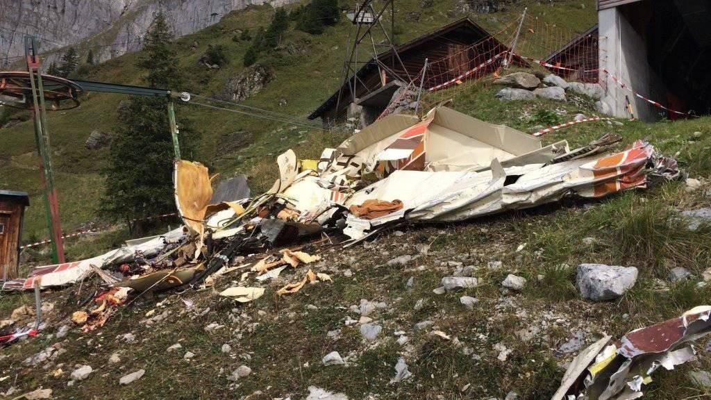 Nach dem Absturz waren vom Kleinflugzeug nur noch Trümmerteile übrig.