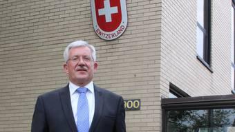 Martin Dahinden vor der Schweizer Botschaft in Washington.