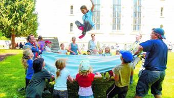 Teamwork: Das Sprungtuch erwies sich bei den Kindern wie den Erwachsenen als der Renner.