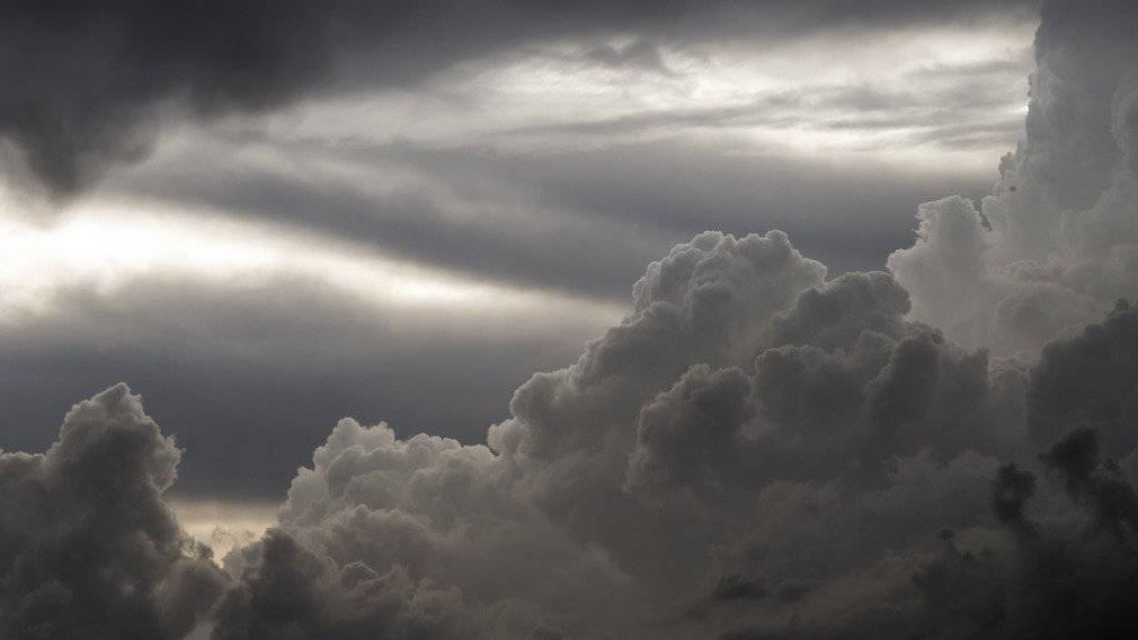 Nach einer Tropennacht in Teilen der Schweiz dürften Regen und Wolken den Sonntag prägen. (Archiv)