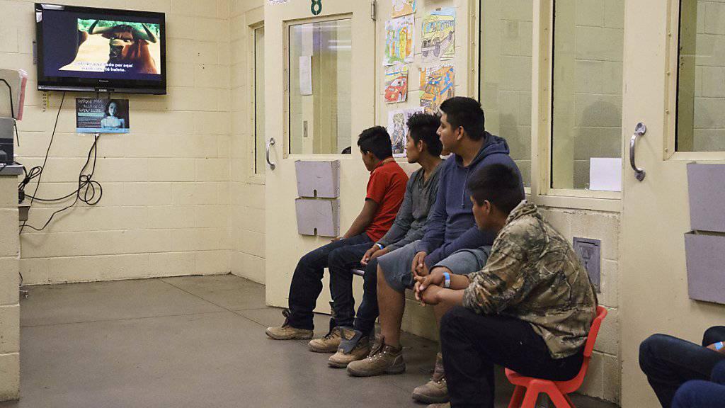 Aufgegriffene jugendliche Migranten in einem Gebäude der US-Grenzbehörde in Tuscan im Bundesstaat Arizona. (Archivbild)