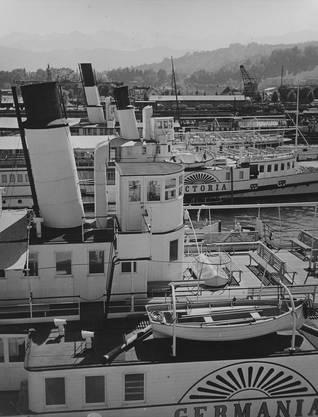Ein Blick auf die Werft der DGV in Luzern, mit den Dampfschiffen «Germania» (1872 eingewassert) und «Victoria» (1872 bis 1942) um das Jahr 1936.