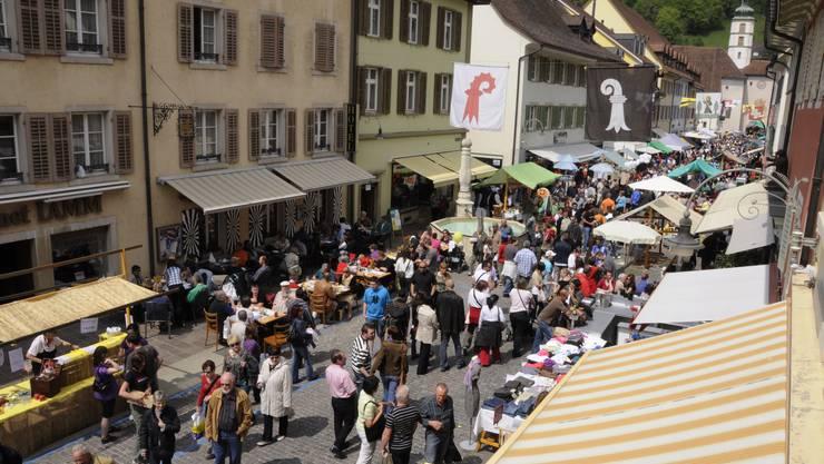Ein Markt wie ein Volksfest: Der Laufner 1.-Mai-Markt lockt die Leute in Scharen an – die Veranstalter sprechen von mehr als 20 000 Personen. (Bild: Heiner Leuthardt)
