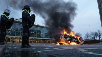Brennendes Auto vor dem Bahnhof in Antwerpen.