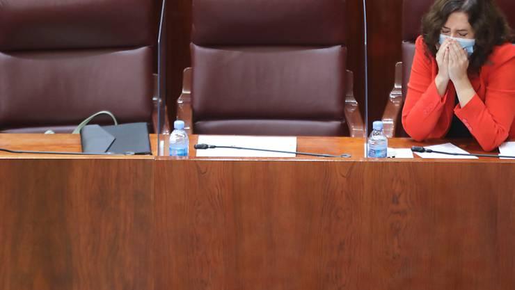 Isabel DÌaz Ayuso, Pr‰sidentin der Regionalregierung der Autonomen Gemeinschaft Madrid, sitzt in der Versammlung von Madrid. Die konservative Regionalpr‰sidentin will alle 6,6 Millionen Einwohner der spanischen Hauptstadt-Region auf das Coronavirus testen lassen. Foto: Marta Fern·ndez Jara/EUROPA PRESS/dpa