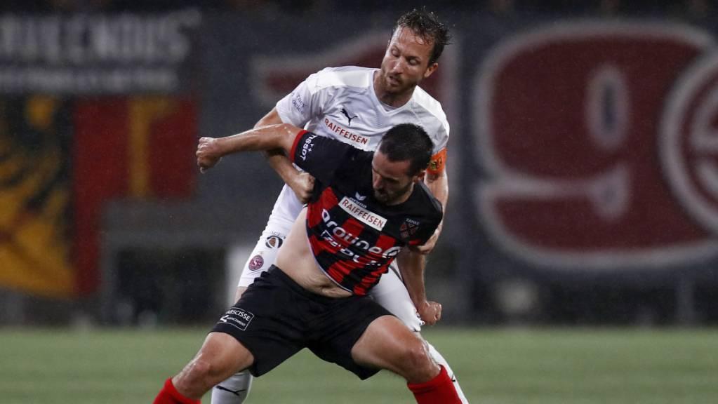 Xamax' Goalgetter Raphaël Nuzzolo (vorne) im Kampf mit Anthony Sauthier