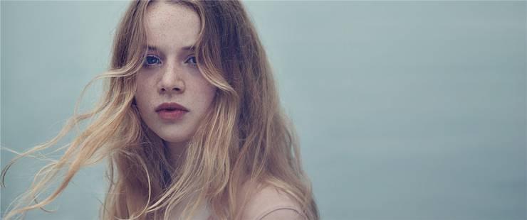 Selbst die Sommersprossen zeugen von ihrem inneren Feuer: Luna Wedler im Filmdrama «Blue My Mind», ihrer ersten Kinohauptrolle. Frenectic Films
