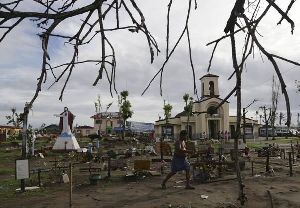 Bewohner kommen zusammen, um für die Opfer des Taifuns zu beten.