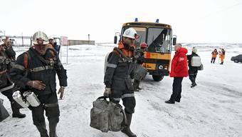 Rettungsarbeiter auf dem Weg zur Kohlegrube. Nach dem Unglück werden noch immer 26 Arbeiter vermisst.