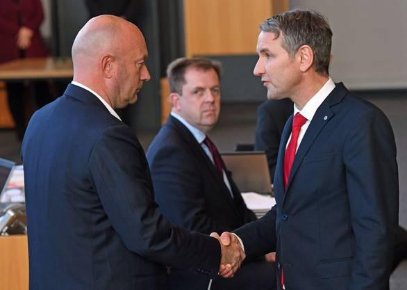 Björn Höcke (rechts), Fraktionsvorsitzender der AfD, gratuliert Thomas Kemmerich zur Wahl.