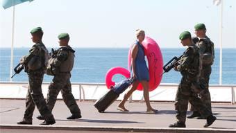 Die Promenade des Anglais in Nizza ist seit dem Lastwagen-Attentat vom 14. Juli streng bewacht. Claude Paris/AP/Keystone