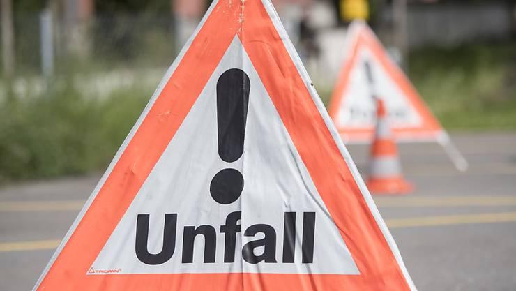 Ein bislang unbekanntes Fahrzeug kollidierte auf der Autobahn A2 in Fahrtrichtung Bern/Luzern mit einem Spurabbauwagen. (Symbolbild)