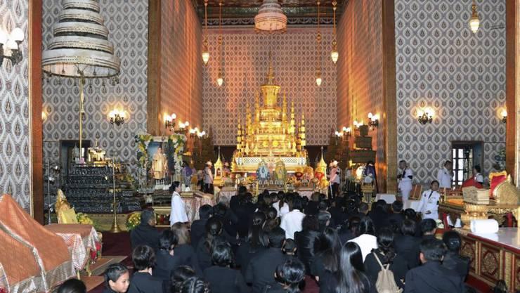 In schwarzer Trauerkleidung strömten tausende Menschen durch die Tore des Grossen Palastes in Bangkok, in dem der Leichnam von König Bhumibol in einem Sarg aufgebahrt ist .
