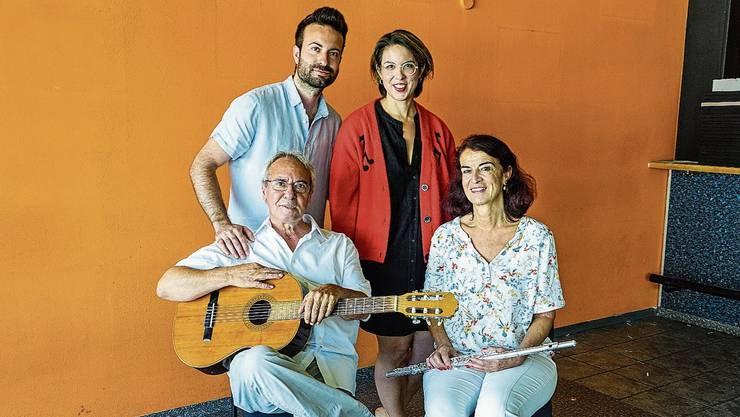 Letztmals im leergeräumten «Prima Vista»: Toni und Madlen Donadio mit ihren Kindern Moreno und Dalia.