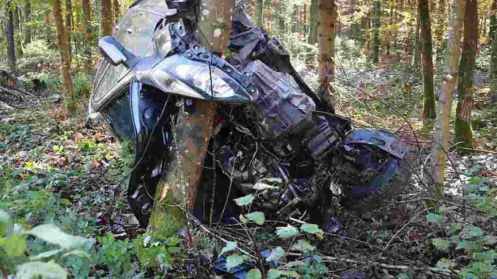 Diesem Wrack entstieg eine 32-jährige Autofahrerin in Wolfwil SO unverletzt.