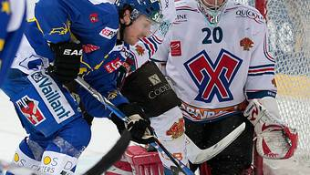 Der Davoser Petr Sejna scheitert an Biels Goalie Reto Berra