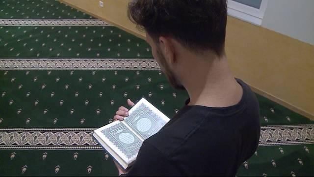 Rede endet in Moschee mit Massenschlägerei