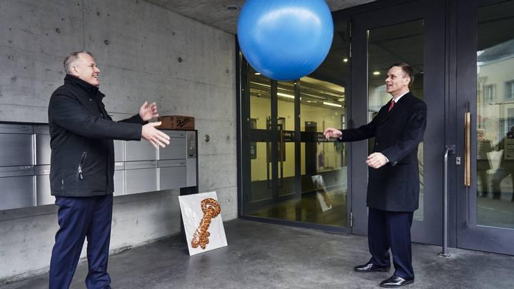 Zudem gibt es einen Gymnastikball für den neuen Gesundheitsdirektor. Attiger hofft Gallati könne den Ball flach halten.