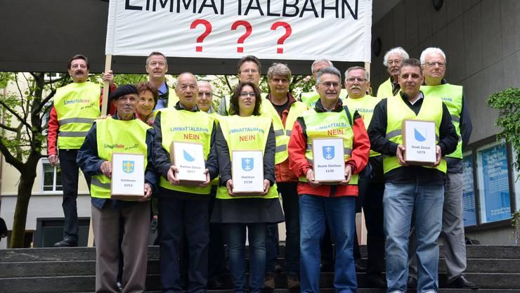 """Das Referendumskomitee """"Eine halbe Milliarde für die Limmattalbahn"""" hat über 6600 Unterschriften gesammelt."""