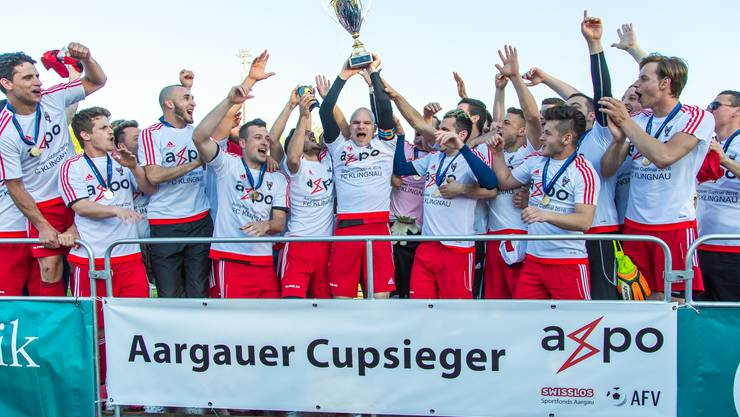 Die Klingnauer bekommen den Aargauer Cup-Pokal überreicht.