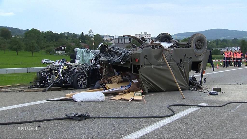 2 Tote und 4 Schwerverletzte nach Unfall mit Militär-Oldtimer